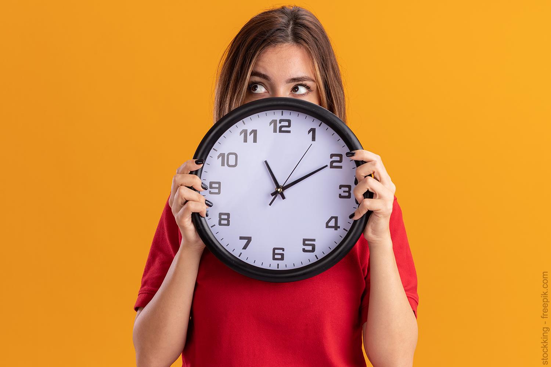 woman with a clock. stockking - freepik.com